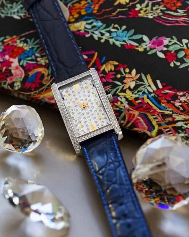 Серебряные женские часы LADY НИКА⌚️   Эти женские часы – флагман коллекции Lady – воплощение праздничного изящества и королевского совершенства!   Крупный прямоугольный корпус украшен фианитами или бриллиантами, а циферблат – ослепительными ювелирными кристаллами.  Роскошная модель на каждый день или для особого случая.